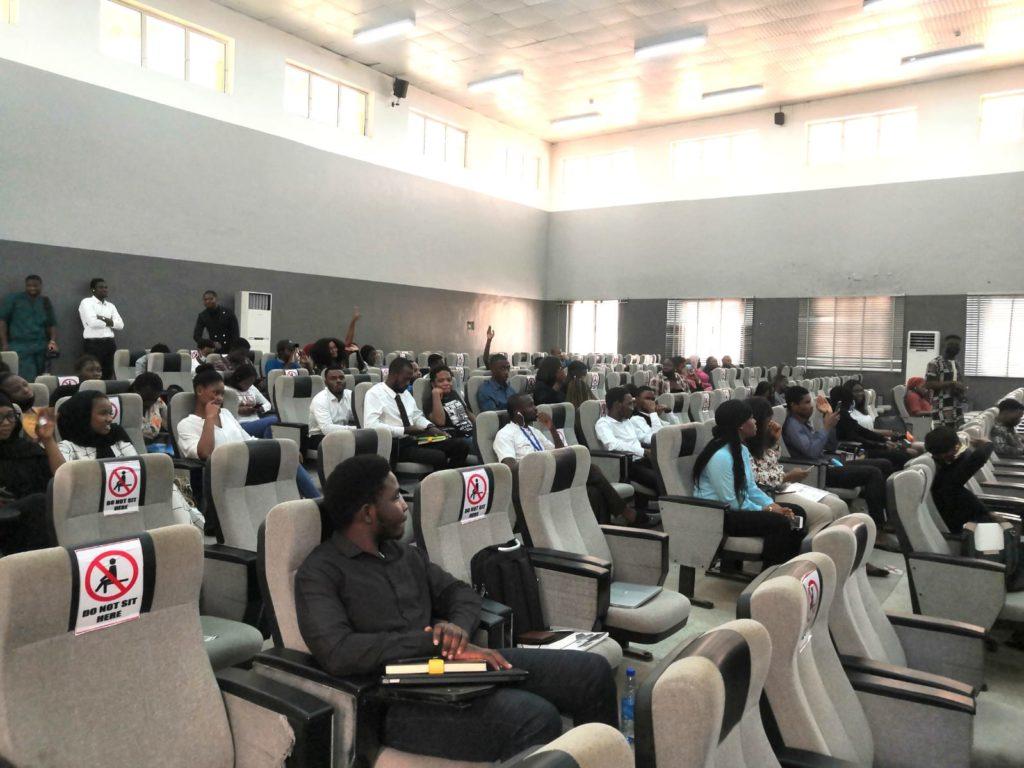Abujassa sijaitsevan Bazen yliopiston opiskelijoita digitaalisten uramahdollisuuksien innovaatiotapahtumassa. Kuva: Jenna Kirkkari