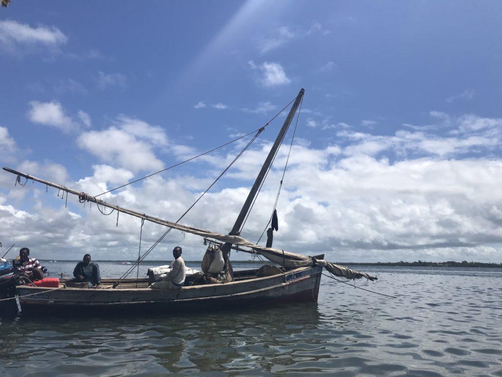 Lamulla on kalastettu vuosisatoja perinteisillä dhow-veneillä, jotka on rakennettu mangrovepuusta. Kuva: Katariina Malkamäki