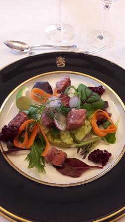Mustikkagraavattua lohta ja vihreää perunasalaattia