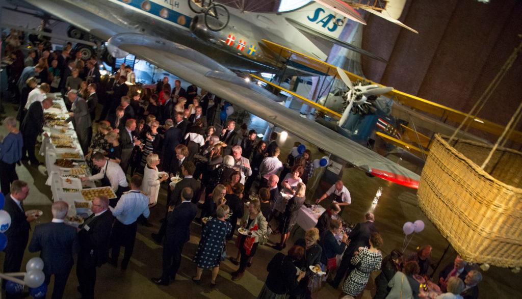 Syyskuun Suomi100-juhla lentokonehallissa.
