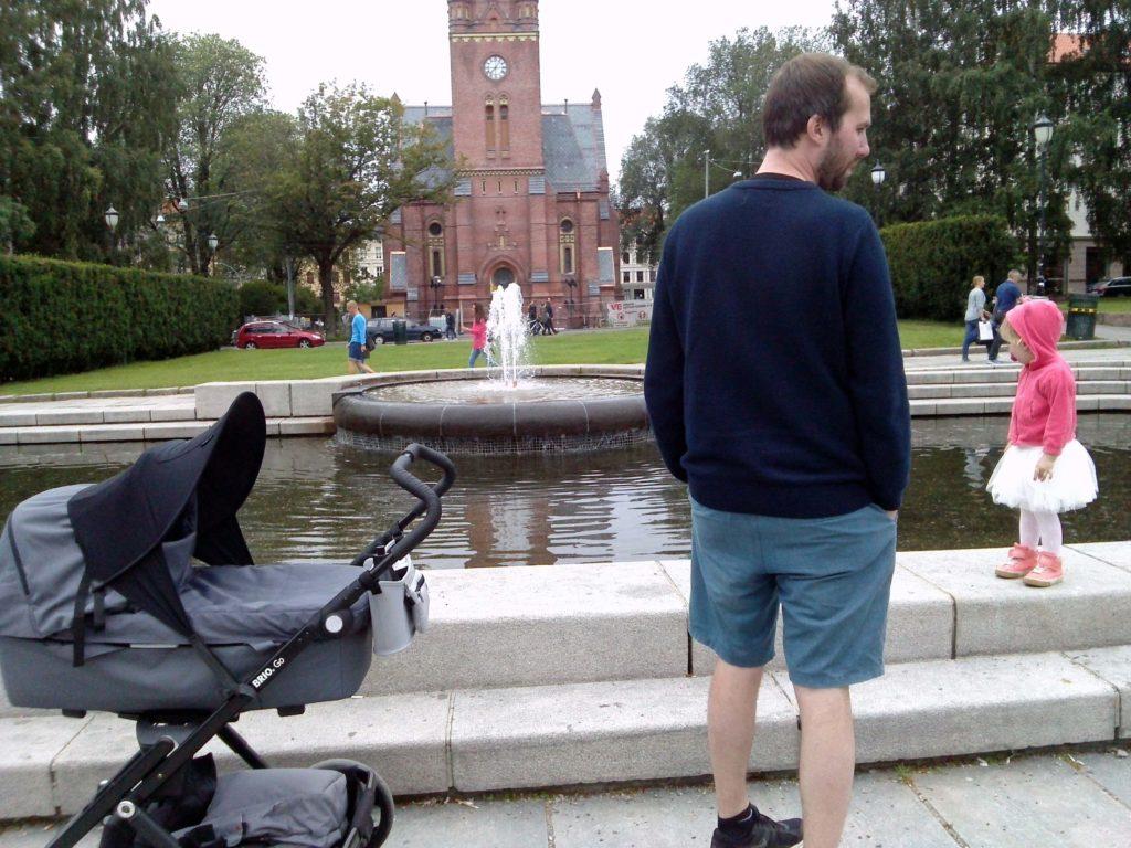 Norjalainen isä vaunuineen Birkelundenin puistossa Oslossa.