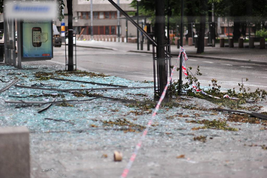 Lasinsiruja pommiräjähdyksen jäljiltä Oslossa 22.7.2011.