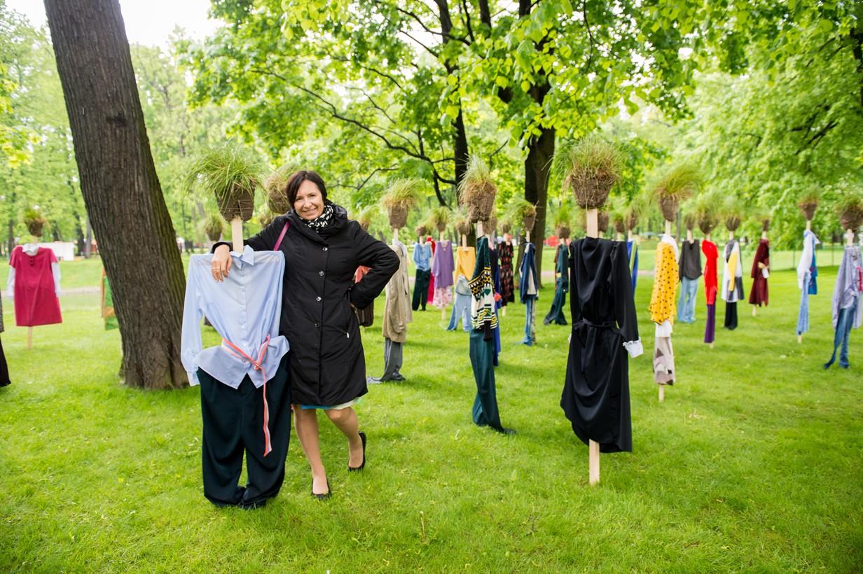 """Anne Lammila ja Reijo Kelan taideteos """"Hiljainen kansa"""" Mihailovskin puiston Keisarilliset puutarhat -tapahtumassa."""
