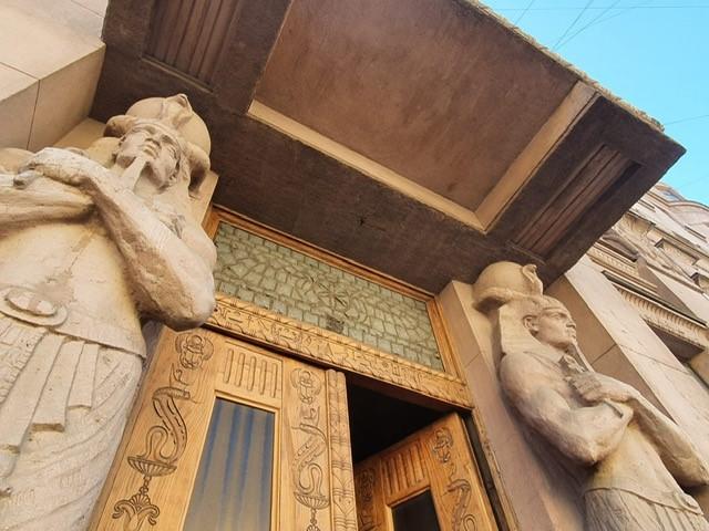 Koristeellinen ovi, jota reunustaa egyptiläispatsaat.