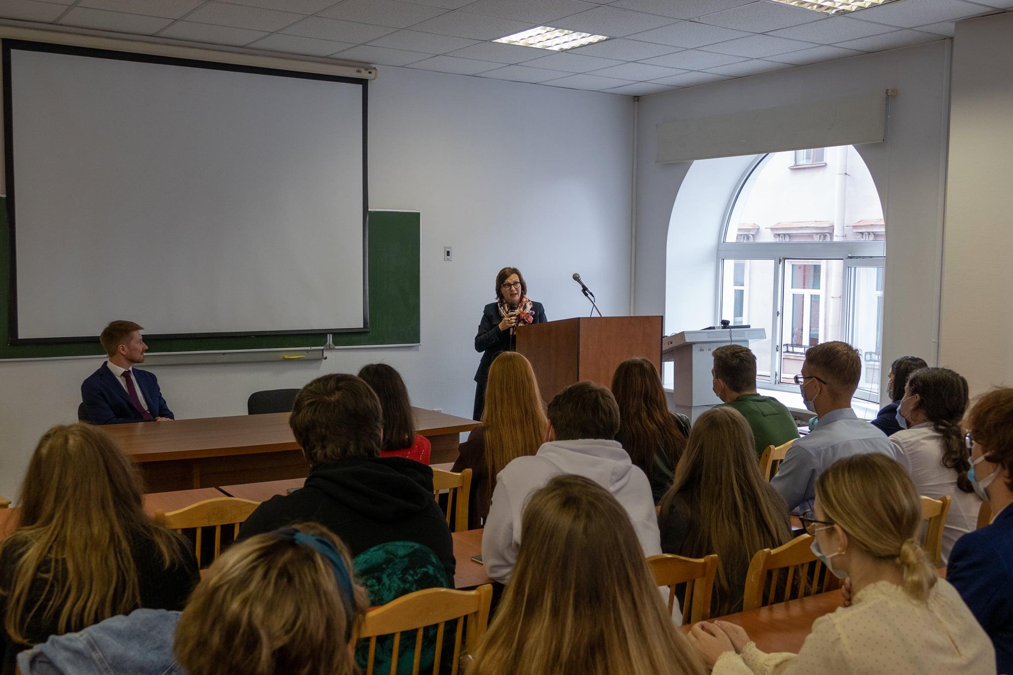 Opiskelijat kuuntelevat luokkahuoneessa pääkonsulin esitystä.