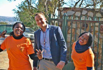 """BioFISA II Entrepreneur in Biosciences-ohjelman kautta tutustuin Joyce Masuajaan (Zimbabwe) sekä Thokozani Sikhosandiin (Etelä-Afrikka). Molemmat toimivat SANBion """"opiskelijalähettiläinä"""". Kuva: Markku-Eemeli Pekonen."""