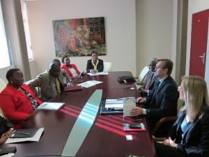 Botswanan kauppa- ja teollisuusministeri Dorcas Makgato-Malesu (edessä vasemmalla). Suomen delegaatio pöydän oikealla puolella. Kuva: Anu-Elina Autio