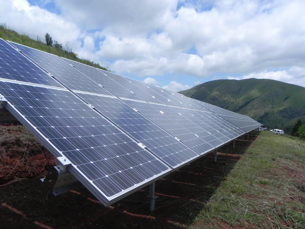 Aurinkopaneeleja Swazimaan Bulembussa. Aurinkopaneelit tuottavat sähköä yhteisön tarpeisiin, ja yli jäänyt sähkö myydään kantaverkkoon. Kuva: Modikoe Patjane