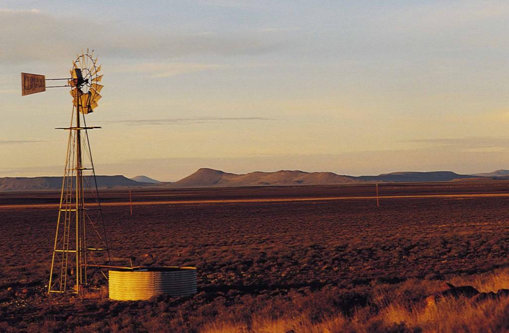 Tuulimylly Karoon tasangolla Etelä-Afrikassa. Kuva: South African Tourism (Flickr).