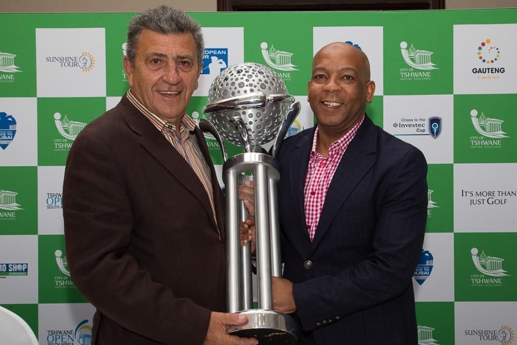 Sunshine Tourin johtaja Selwyn Nathan (vas.), Tshwanen pormestari Kgosientso Ramokgopa (oik.) sekä palkintopokaali. Kuva: Heinrich Helmbold.