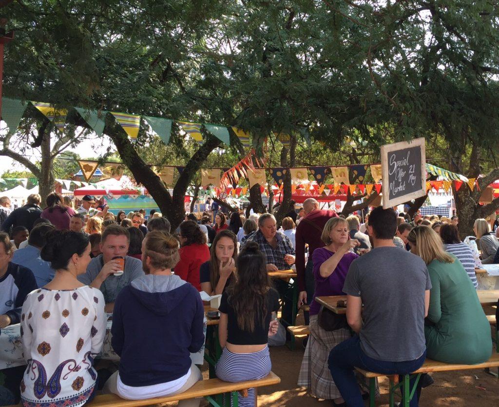Pretorian suositulla Hazelwood Marketilla ei uskoisi, että alle kymmenesosa eteläafrikkalaisista on valkoihoisia. Kuva: Anna Merrifield.