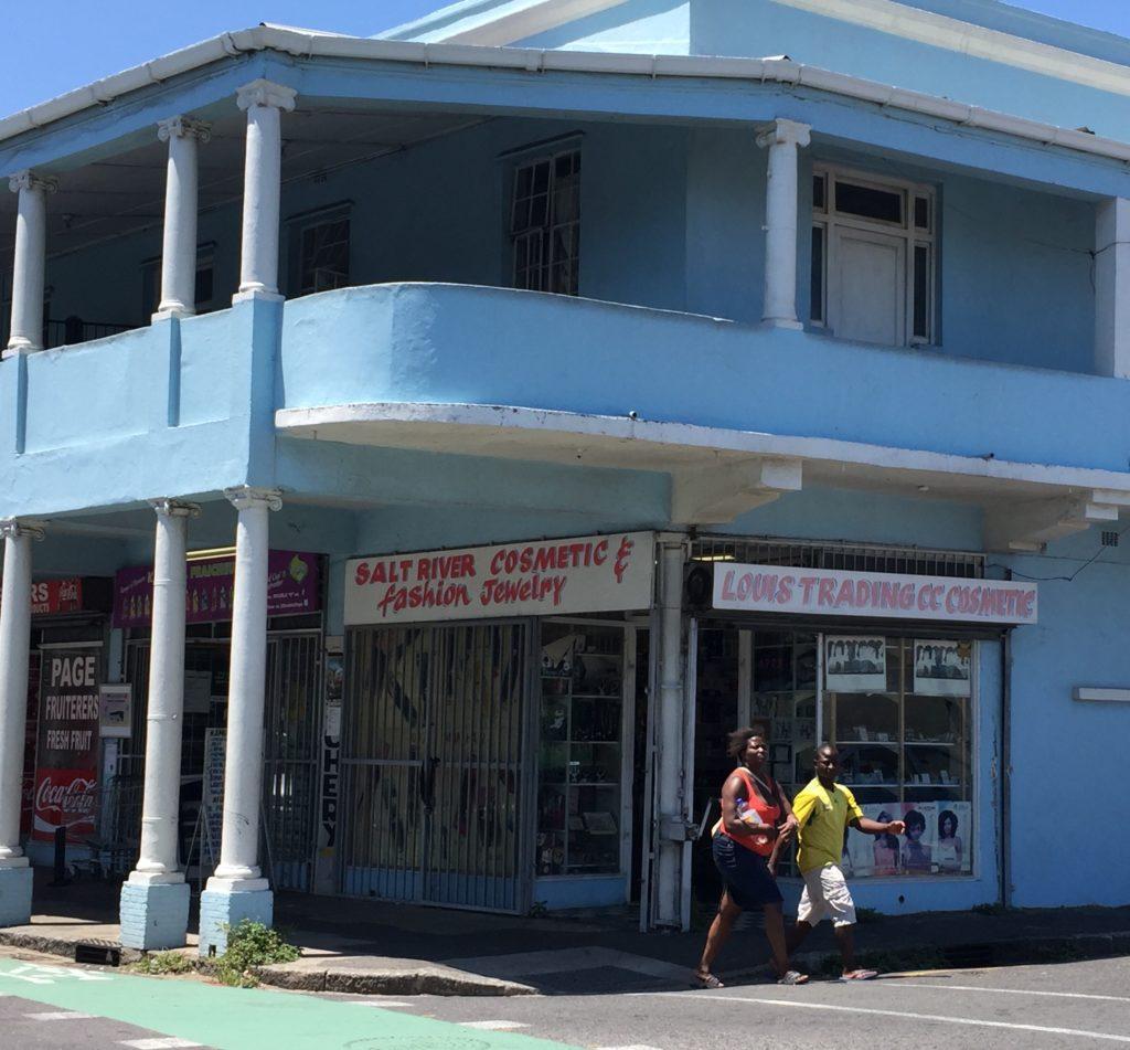 Katunäkymää Kapkaupungin Salt River -kaupunginosasta. Apartheidin aikaan värilliset saivat ostaa asuntoja Salt Riveristä ja intialaisiksi luokitellut ihmiset saivat asua alueella tietyin ehdoin. Kuva: Anna Merrifield.