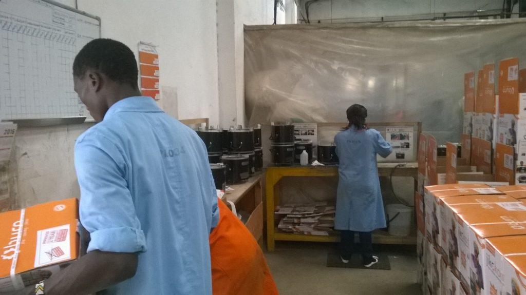 Energiatehokkaat hellat ovat kenialaisen tehtaan jättimäinen myyntimenestys. Kuva: Päivi Lehtonen.