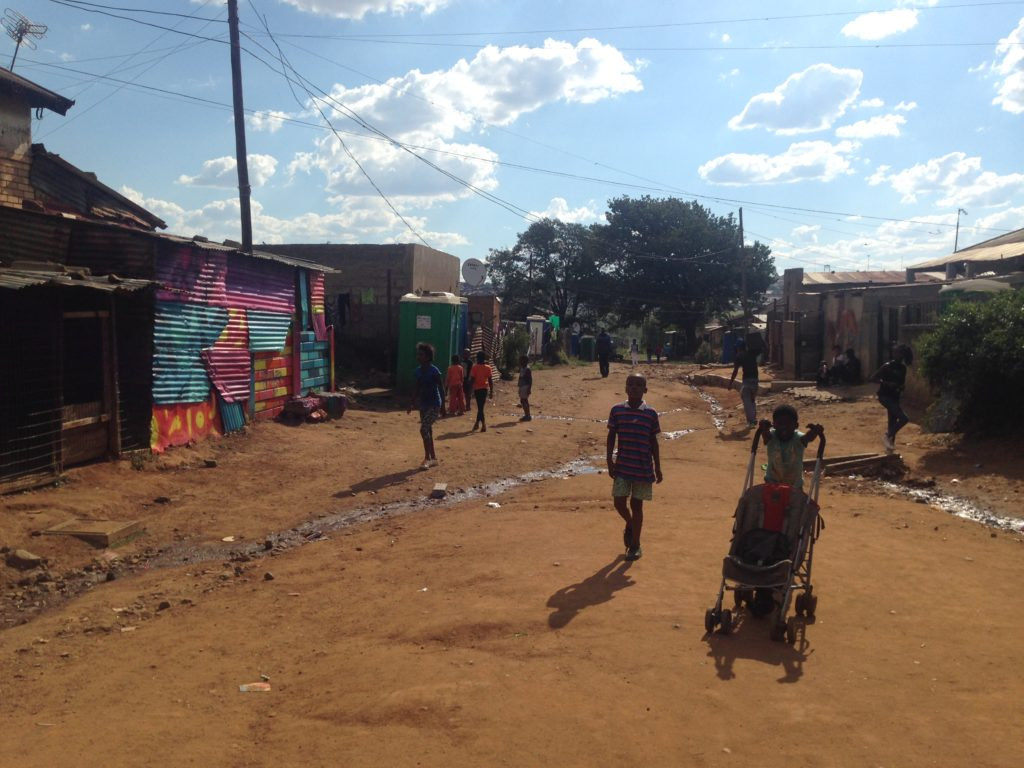 Soweton vanhin asuinalue Kliptown tunnetaan hökkeleistään sekä rotusorron vastaisesta taistelusta. Kliptownissa julistettiin 26.6.1955 Vapauden peruskirja (Freedom Charter), jossa vaadittiin rotusorrosta vapaata, yhdenvertaista, ihmisoikeuksia ja demokratiaa kunnioittavaa Etelä-Afrikkaa. Kuva: Emilia Laaksonen