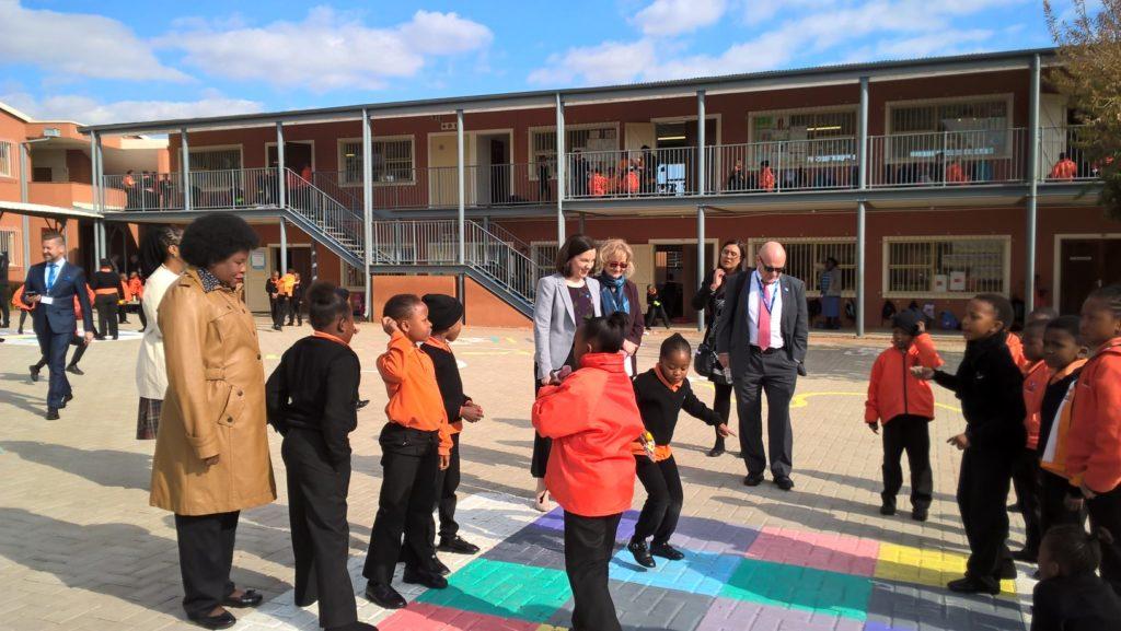 Opetus- ja kulttuuriministeri Sanni Grahn-Laasonen ja suurlähettiläs Kari Alanko tutustumassa Johannesburgin yliopiston opetuskouluun Sowetossa toukokuussa 2017. Kuva: Anna Merrifield