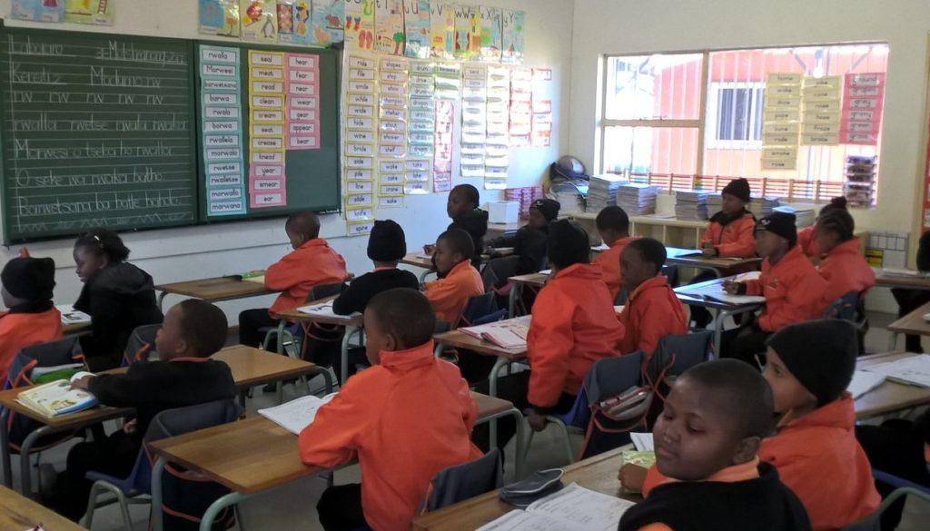 Oppilaita Johannesburgin yliopiston opetuskoulu Funda UJabule Schoolissa. Näiden oppilaiden lukemisesta ei kannata olla huolissaan, sillä Johannesburgin yliopisto tekee tiivistä yhteistyötä Helsingin yliopiston kanssa opetuksen kehittämiseksi! Kuva: Anna Merrifield