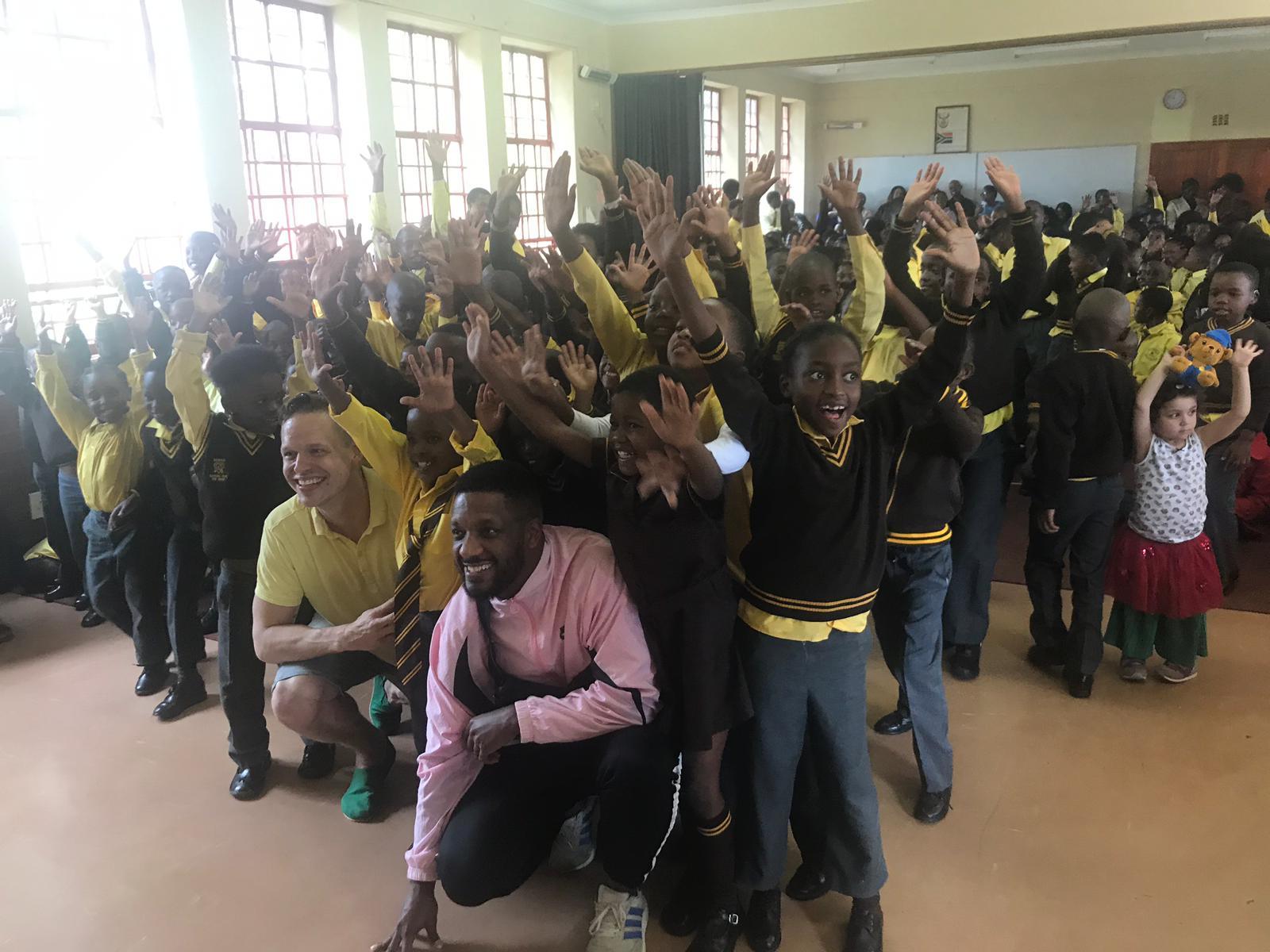 Signmarkin ja Adam Tenstan riemukas vierailu Sizwilen kuurojen koulussa Sowetossa. Kuva: Maria Autio