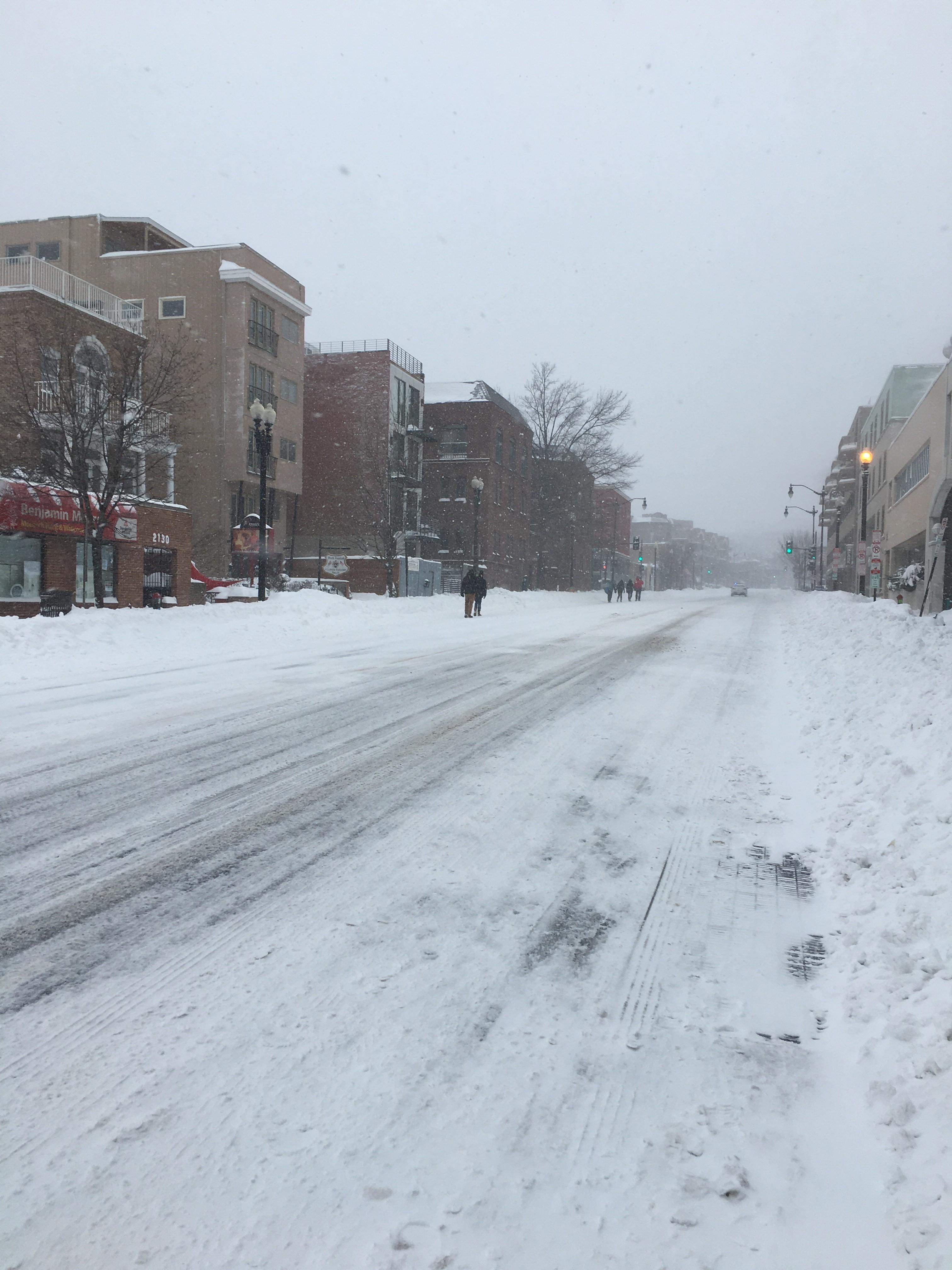 Yksi Washingtonin vilkkaimista väylistä Wisconsin Avenue toimi Snowzillan aikaan kävelykatuna.