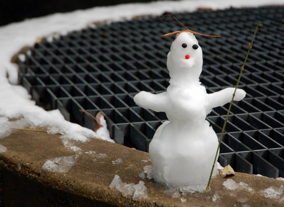 Eräänä päivänä suurlähetystön pihalle oli ilmaantunut lumiukko.