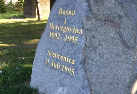Srebrenica-muistomerkki Place des Nations -aukion laidalla.