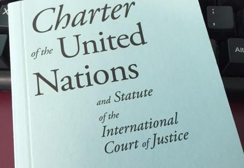 YK:n peruskirjan taskupainos.