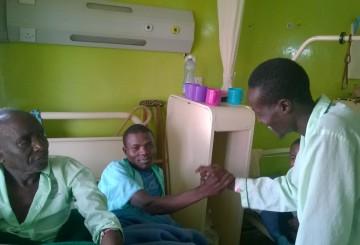 Turkana Etsua ja pokotti Abram tervehtivät sairasvuoteella. Kuva: Kimmo Kiljunen