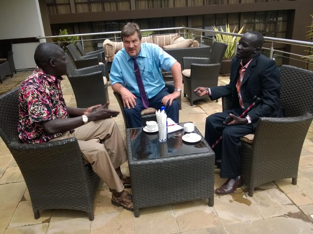 Kimmo Kiljunen keskustelemassa maakuntaparlamentin jäsenten Daniel Tuwitin ja Steve Maklapin kanssa. Kuva: Kimmo Kiljunen