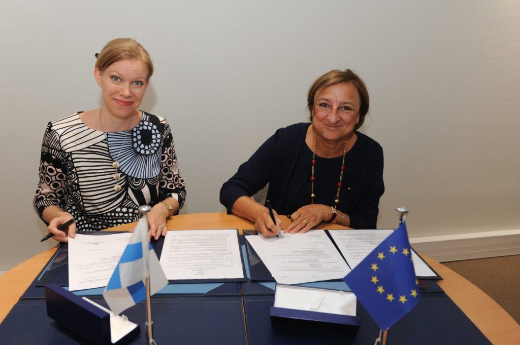 Suomi tukee Euroopan neuvoston projekteja. Sopimusta allekirjoittamassa Henna Kosonen Suomen pysyvästä edustustosta Euroopan neuvostossa sekä varapääsihteeri Gabriella Battaini-Dragoni Euroopan neuvostosta. Kuva: Euroopan neuvosto / Ellen Wuibaux