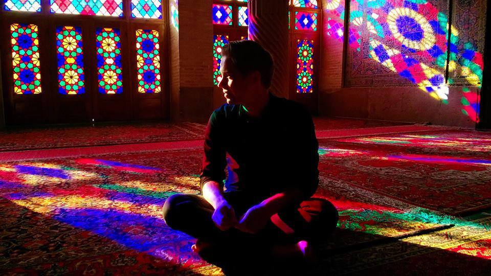 Allekirjoittanut värikkäässä Nasir-al-molkin moskeijassa Shirazissa. Kuva: Harri Toikkanen