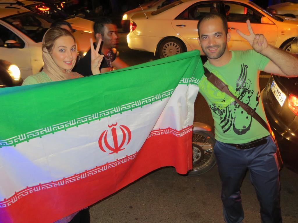 Iranilaiset nuoret juhlivat saavutettua ydinsopua kesäkuussa 2015. Kuva:  Suomen Teheranin suurlähetystö