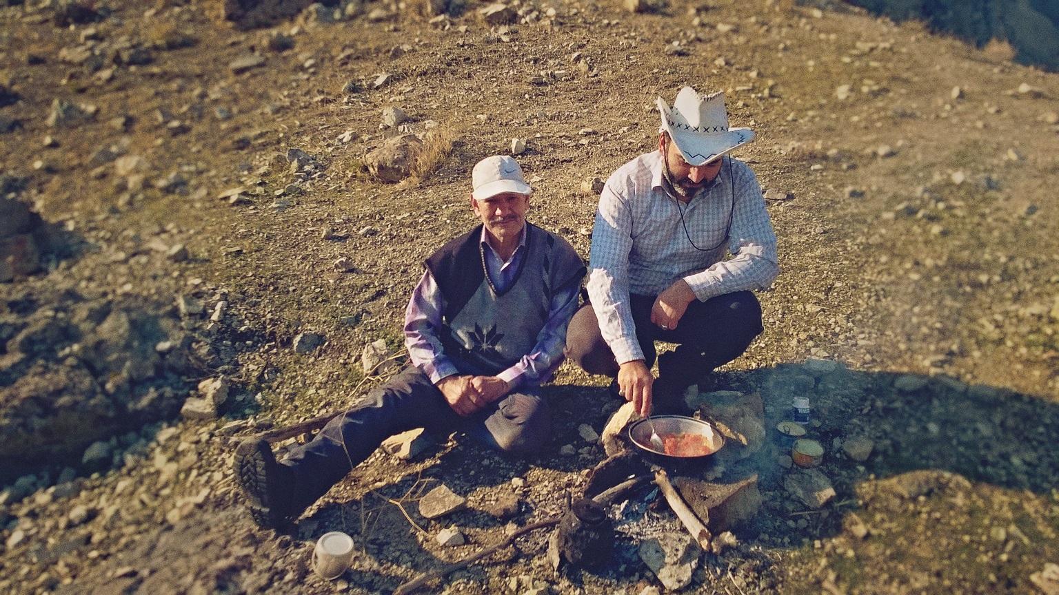 Iranilaiset miehet lämmittelemässä lounasta Alborzin vuoristossa. Kuva: Harri Toikkanen
