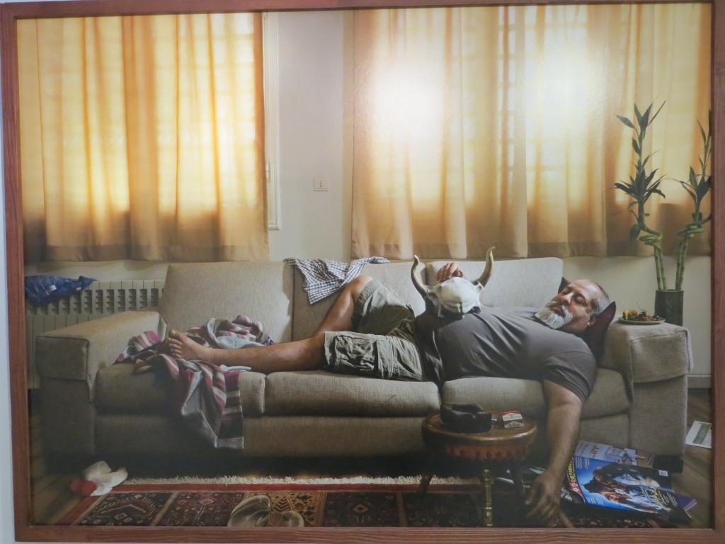 Iranilaisen nykytaiteilijan, Alireza Fanin näkemys Rostamista – oliko Rostam sankari, vai sittenkin vain sohvaperuna? Kuva: Suomen Teheranin-suurlähetystö