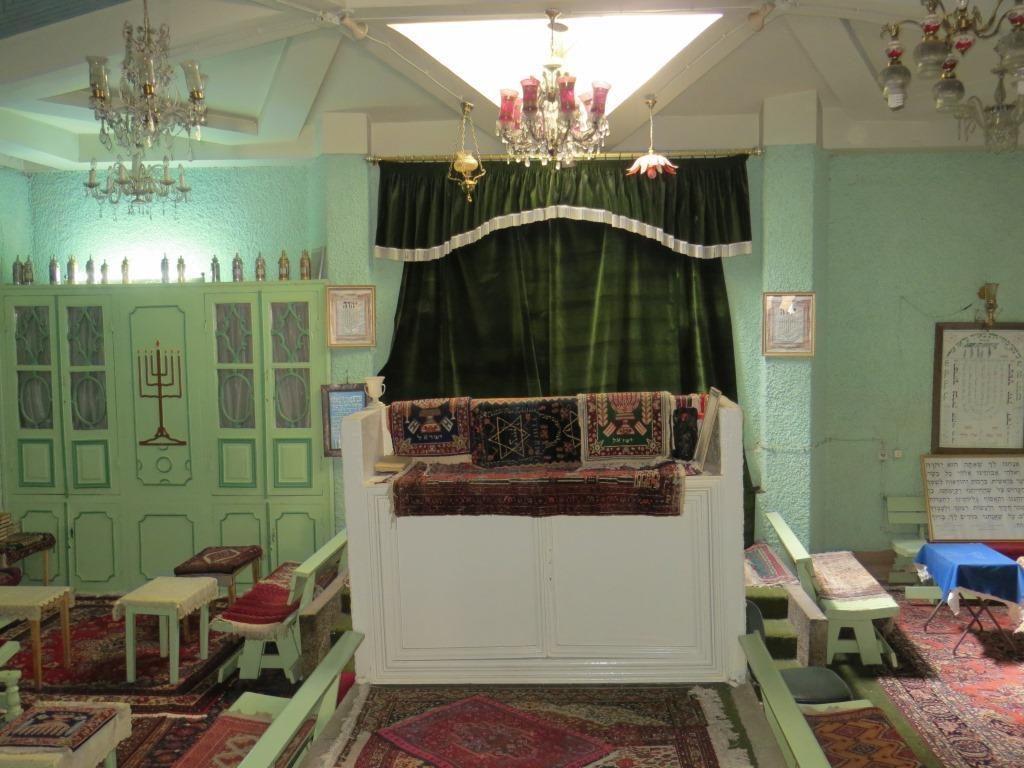 Sisällä Esterin ja Mordokain synagogassa.