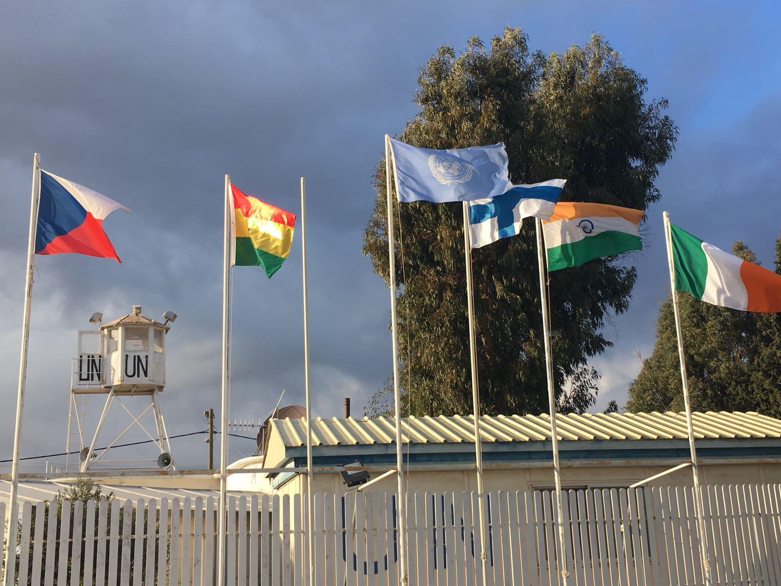 UNDOF-operaatioon joukkoja osoittavien maiden liput Golanilla. Kuva: Niina Nykänen