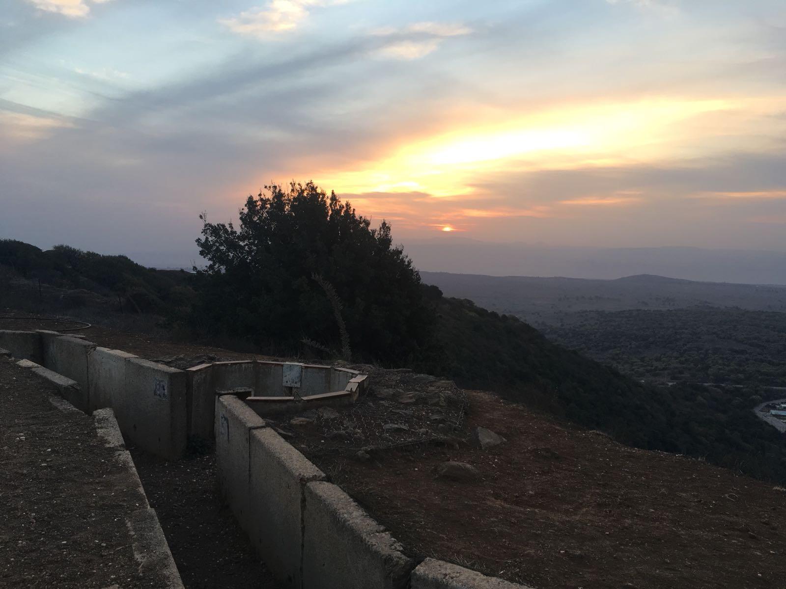 Aurinko laskee Syyriaan israelilaisbunkkerin taakse Israelin miehittämällä Golanilla. Kuva: Niina Nykänen