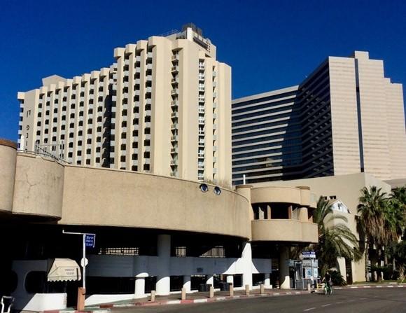 Rakennukset Tel Avivissa ovat usein väriltään vaaleita. Kuva: Lilli Sulander.