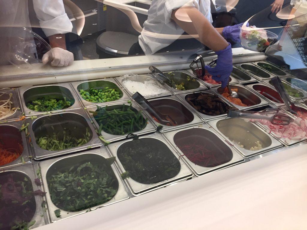 Suurlähetystön aulabaarista saa ostaa poke-salaattia ja sushia. Kuva: Päivi Jokela