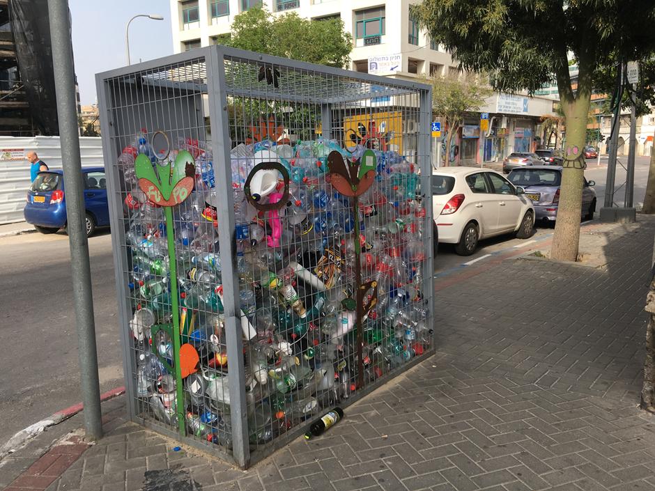 Israelilaiset vievät muovipullot kaduilla oleviin julkisiin keräyspisteisiin. Muovipullojen keräys on havaittu tehokkaaksi, joskaan järjestelmä ei koske suuria muovisia vesipönttöjä tai vastaavia tuotteita. Kuva: Vilma Romsi