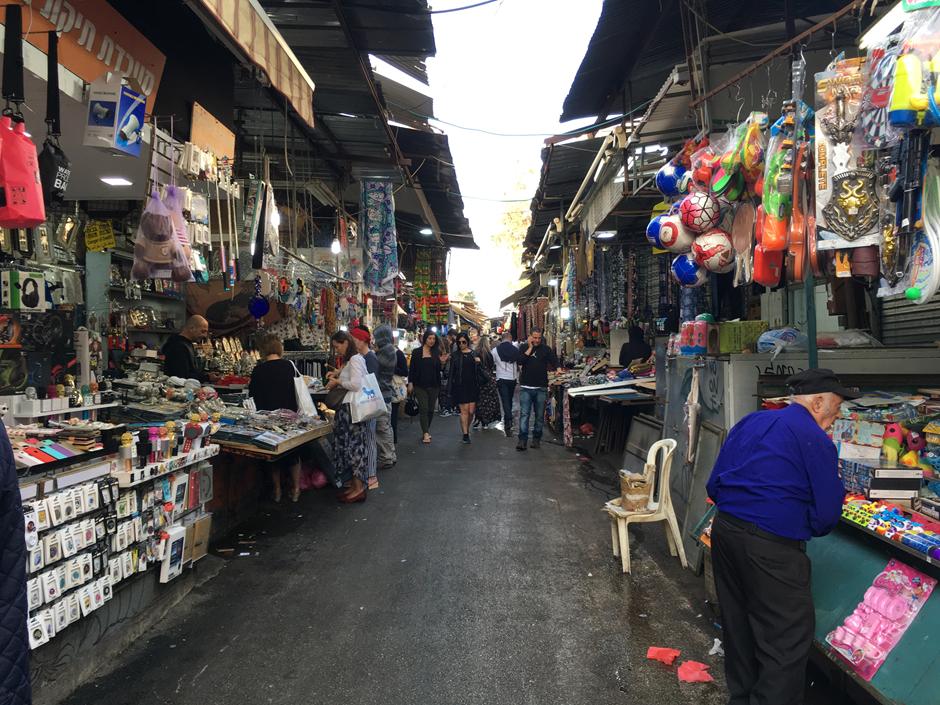 Israelissa kulutetaan huomattava määrä muovituotteita. Torit ovat täynnä erilaista muovitilpehööriä. Kuva: Vilma Romsi