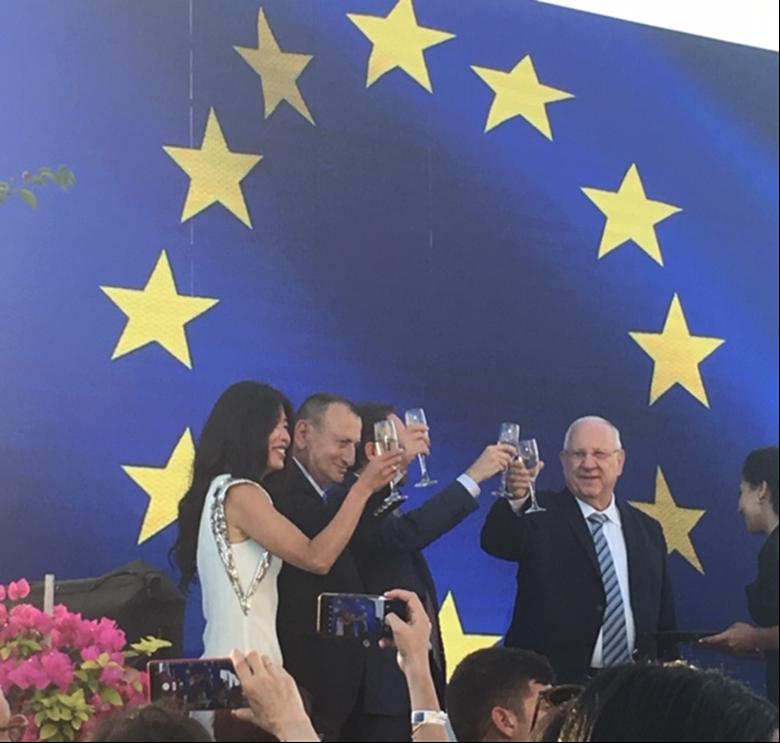Presidentti Reuven Rivlin (oik.) ja Tel Avivin pormestari Ron Huldai Eurooppa-päivänä viisukylässä. Kuva: Suomen suurlähetystö Tel Avivissa