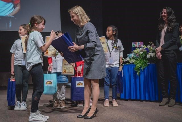 Edustuston päällikön sijainen Hanna Gehör jakoi palkinnon nuorten kirjoittajien kilpailussa 2020. Kilpailu on suunnattu sosioekonomisesti vähempiosaisten alueiden koululaisille, jotka osallistuvat Israelin koulutusinnovaatiokeskuksen kirjallisuusprojektiin. Tilaisuudessa luetut otteet kirjoituksista olivat korkeatasoisia! The Israel Center for Educational Innovation (ICEI)
