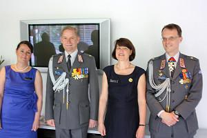 Katarina Pettersson, överste Manu Tuominen, Christin Gardberg och överste Anders Gardberg tog emot gästerna på Försvarsmaktens traditionella flaggfest på Finlands ambassad i Stockholm den 4 juni 2014.