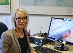 Helena Andersson är kommunikationskoordinator på ambassaden och just nu tacksam över att få dricka en varm kopp kaffe i fred.