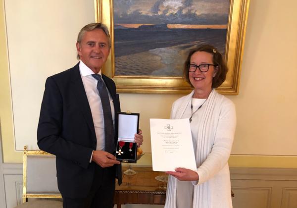 Ambassadör Liisa Talonpoika överräcker ordenstecken till honorärkonsul Nils Lundbäck den 8 september på ambassadöresn residens i Stockholm.