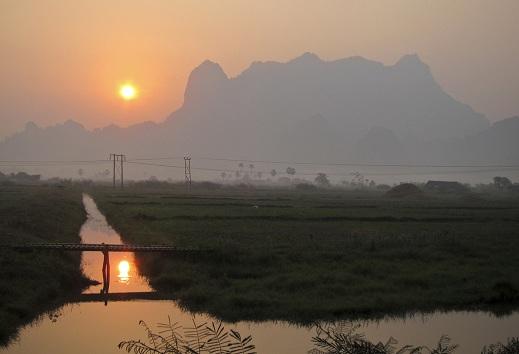 Aurinko nousee lähellä Hpa-Ania Myanmarissa. Kuva: Markus Kostner/World Bank