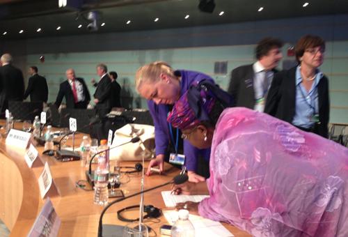 Valtiovarainministeri Jutta Urpilainen ja Ngozi Okonzo-Iweala Maailmanpankin ja IMF:n kehityskomitean kokouksen jälkeen. Kuva: Satu Santala