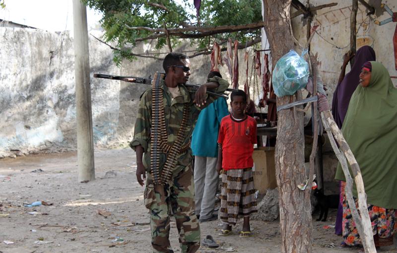 Konfliktien aikana ja niiden jälkeen miehet ja pojat kohtaavat usein raakaa väkivaltaa ja rooliodotuksia, jotka vaikuttavat heidän käytökseensä pitkälle tulevaisuuteen. Kuva Mogadishusta, Somaliasta. Kuva: Hannu Pesonen