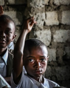 Lasten saaminen kouluun on äärimmäisen tärkeää konflikteista toipuvassa Itä-Kongossa. Kuva: Satu Santala