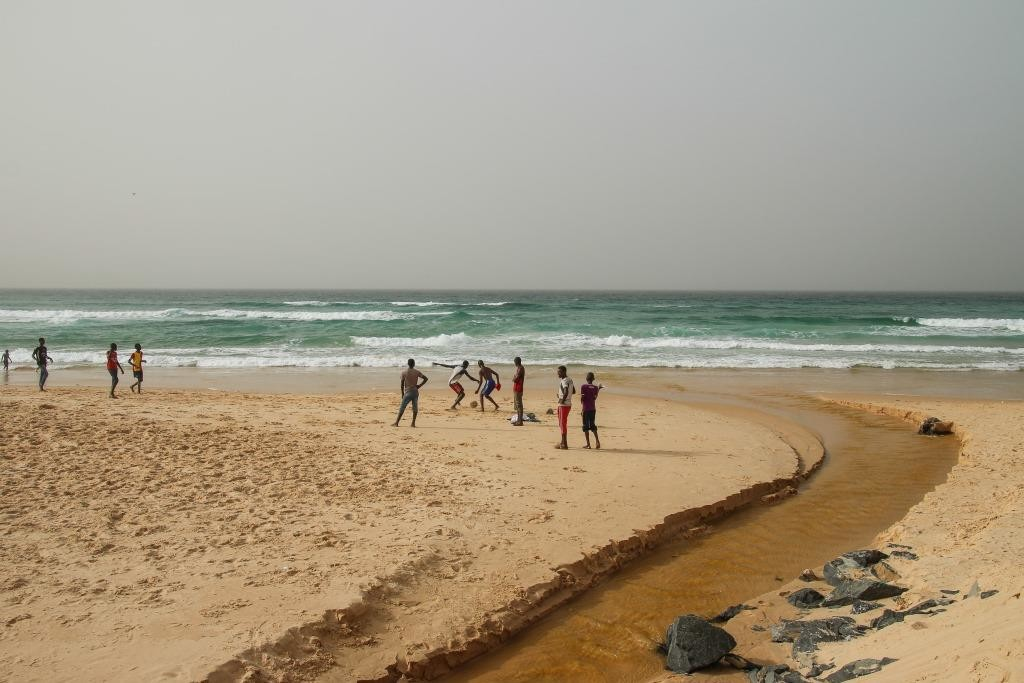 Ilmastonmuutos aiheuttaa kuivuutta mutta myös tulvia. Dakarissa tulvaherkkien kaupunginosien sadevesiviemärit on järjestetty Maailmanpankin ja Nordic Development Fundin rahoituksen turvin nyt niin, että ne virtaavat puhtaina meren rantaan. Kuva: Satu Santala
