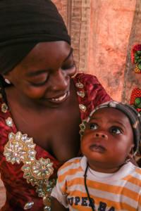 Ylpeä äiti potran vauvansa kanssa. Aliravitsemus on Senegalissa yleistä ja haittaa lasten kehittymistä. Neuvonnan ja koulutuksen avulla on saavutettu hyviä tuloksia lasten ravitsemuksen parantamisessa. Kuva: Satu Santala